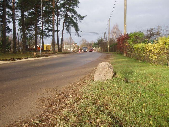 Vai arī turpmāk šis akmens būs Lupīnu ielas satiksmes organizācijas līdzeklis.